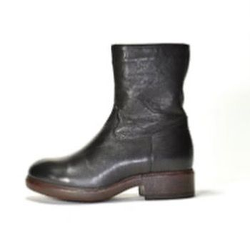 There's a new bootie in town and she's very cool!! Shearling lined and waterproof. Wear with a dress, skirt or your favorite jeans. What else do you need to know? . #boots #bootie #fall #fashion #stylist #fashionstylist